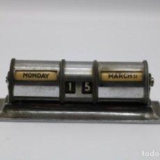 Relojes de carga manual: CALENDARIO METÁLICO PERPETUO MANUAL EN INGLÉS SOBRE MESA MUY ANTIGUO. Lote 254291980