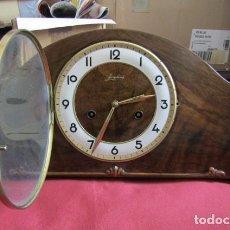 Relojes de carga manual: RELOJ MECÁNICO ANTIGUO ALEMÁN CHIMENEA MESA SOBREMESA FUNCIONA DA SUS CAMPANADAS AÑOS 1930 A 1940. Lote 254576730