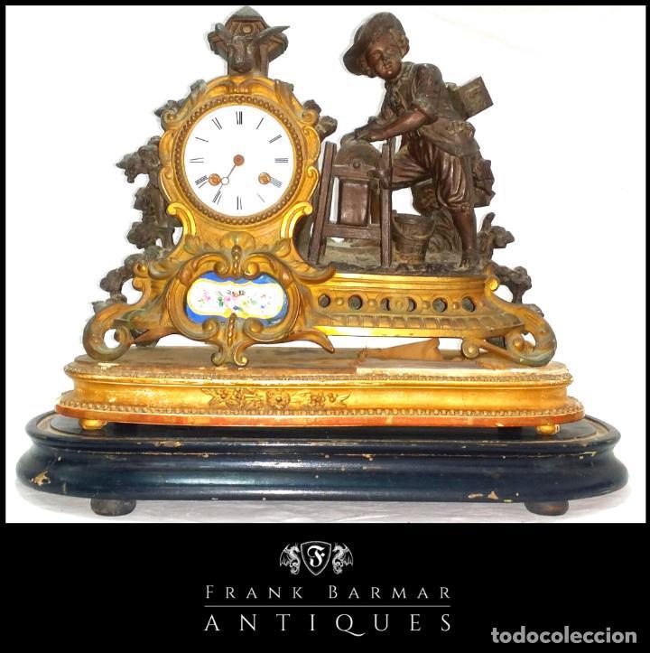FANTÁSTICO RELOJ DE SOBREMESA -MUY ANTIGUO- EN BRONCE, CALAMINA Y PEANAS DE MADERA (Relojes - Sobremesa Carga Manual)