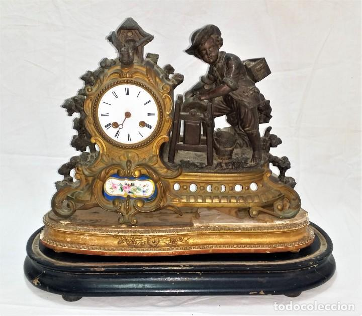 Relojes de carga manual: Fantástico reloj de sobremesa -muy antiguo- en bronce, calamina y peanas de madera - Foto 2 - 260282865