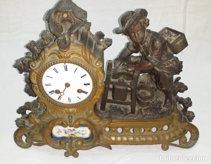Relojes de carga manual: Fantástico reloj de sobremesa -muy antiguo- en bronce, calamina y peanas de madera - Foto 3 - 260282865