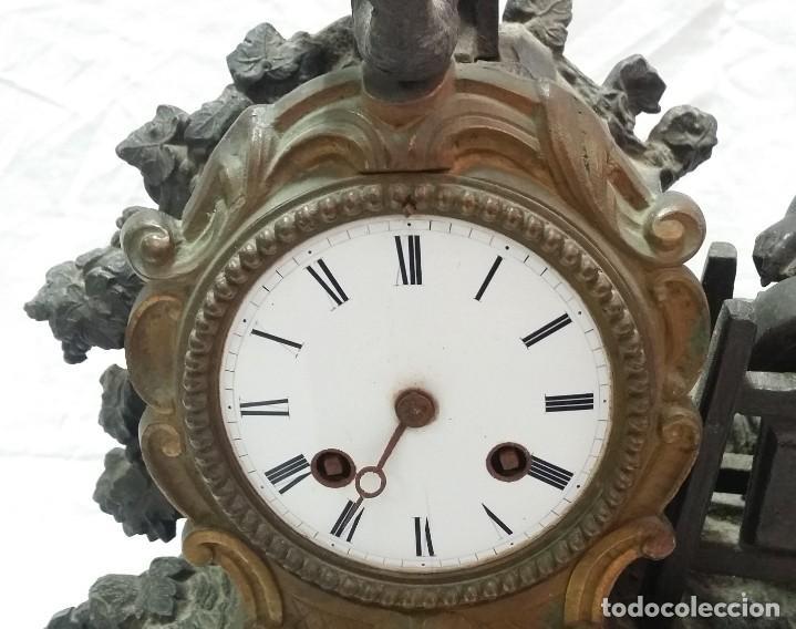 Relojes de carga manual: Fantástico reloj de sobremesa -muy antiguo- en bronce, calamina y peanas de madera - Foto 4 - 260282865