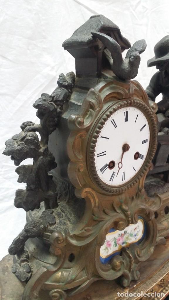 Relojes de carga manual: Fantástico reloj de sobremesa -muy antiguo- en bronce, calamina y peanas de madera - Foto 5 - 260282865