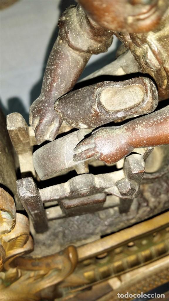 Relojes de carga manual: Fantástico reloj de sobremesa -muy antiguo- en bronce, calamina y peanas de madera - Foto 6 - 260282865