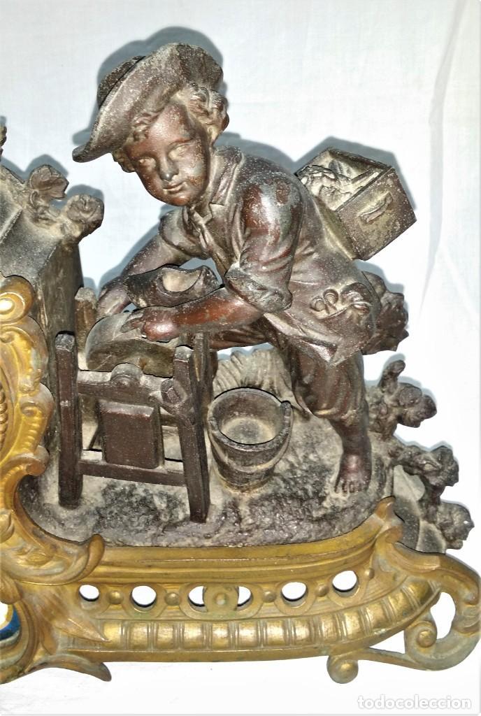 Relojes de carga manual: Fantástico reloj de sobremesa -muy antiguo- en bronce, calamina y peanas de madera - Foto 11 - 260282865