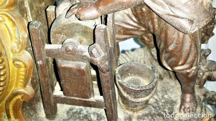 Relojes de carga manual: Fantástico reloj de sobremesa -muy antiguo- en bronce, calamina y peanas de madera - Foto 17 - 260282865
