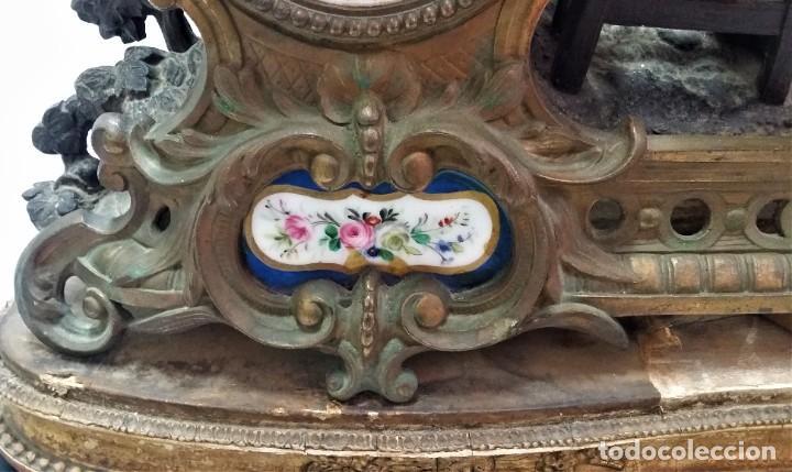 Relojes de carga manual: Fantástico reloj de sobremesa -muy antiguo- en bronce, calamina y peanas de madera - Foto 18 - 260282865