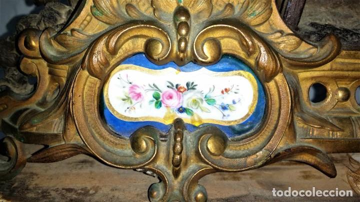 Relojes de carga manual: Fantástico reloj de sobremesa -muy antiguo- en bronce, calamina y peanas de madera - Foto 19 - 260282865