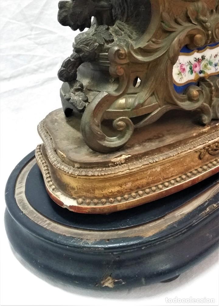 Relojes de carga manual: Fantástico reloj de sobremesa -muy antiguo- en bronce, calamina y peanas de madera - Foto 21 - 260282865