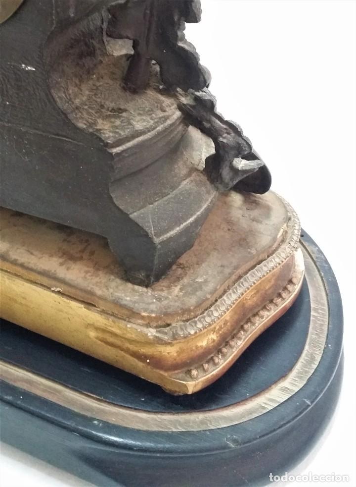 Relojes de carga manual: Fantástico reloj de sobremesa -muy antiguo- en bronce, calamina y peanas de madera - Foto 22 - 260282865