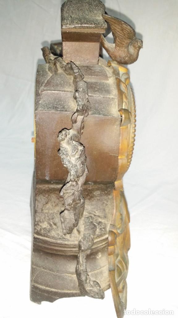 Relojes de carga manual: Fantástico reloj de sobremesa -muy antiguo- en bronce, calamina y peanas de madera - Foto 25 - 260282865