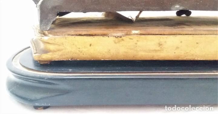 Relojes de carga manual: Fantástico reloj de sobremesa -muy antiguo- en bronce, calamina y peanas de madera - Foto 29 - 260282865