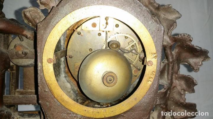 Relojes de carga manual: Fantástico reloj de sobremesa -muy antiguo- en bronce, calamina y peanas de madera - Foto 31 - 260282865