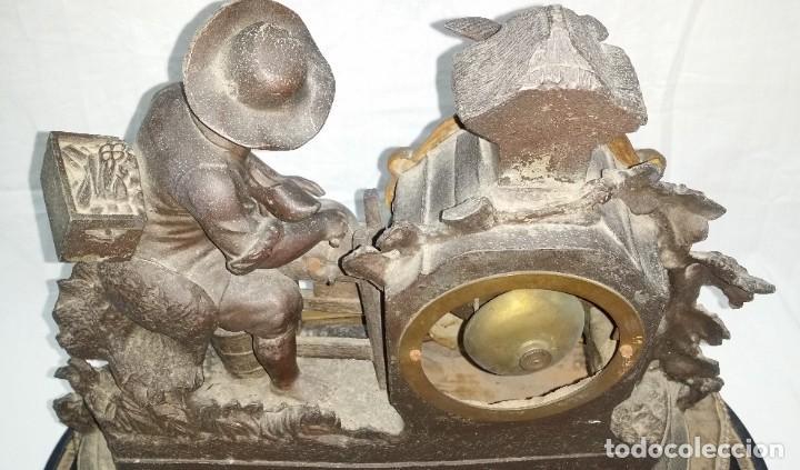 Relojes de carga manual: Fantástico reloj de sobremesa -muy antiguo- en bronce, calamina y peanas de madera - Foto 32 - 260282865
