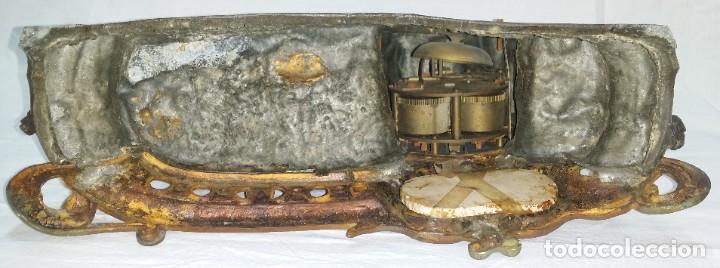 Relojes de carga manual: Fantástico reloj de sobremesa -muy antiguo- en bronce, calamina y peanas de madera - Foto 33 - 260282865