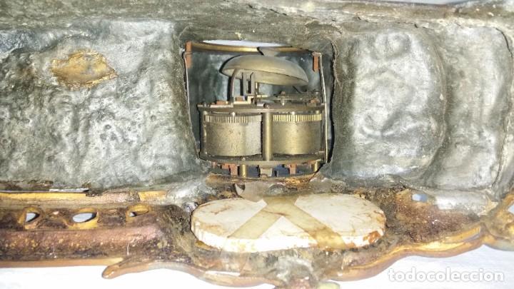 Relojes de carga manual: Fantástico reloj de sobremesa -muy antiguo- en bronce, calamina y peanas de madera - Foto 34 - 260282865