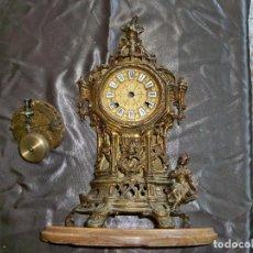 Relojes de carga manual: ANTIGUO RELOJ DE SOBREMESA DE BRONCE CON PEANA DE MÁRMOL.. Lote 261793130