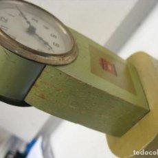 Relojes de carga manual: MUY RARO RELOJ FUNCIONANDO MADERA Y METAL. Lote 262449400