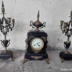 Relojes de carga manual: RELOJ DEL SIGLO XIX CON SUS CANDELABROS. Lote 273515478
