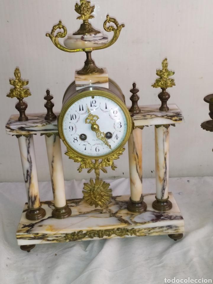 ANTIQUÍSIMO RELOJ FRANCÉS DE COLUMNAS MÁRMOL Y BRONCE CON CANDELABROS (Relojes - Sobremesa Carga Manual)