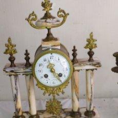 Horloges à remontage manuel: ANTIQUÍSIMO RELOJ FRANCÉS DE COLUMNAS MÁRMOL Y BRONCE CON CANDELABROS. Lote 275292338