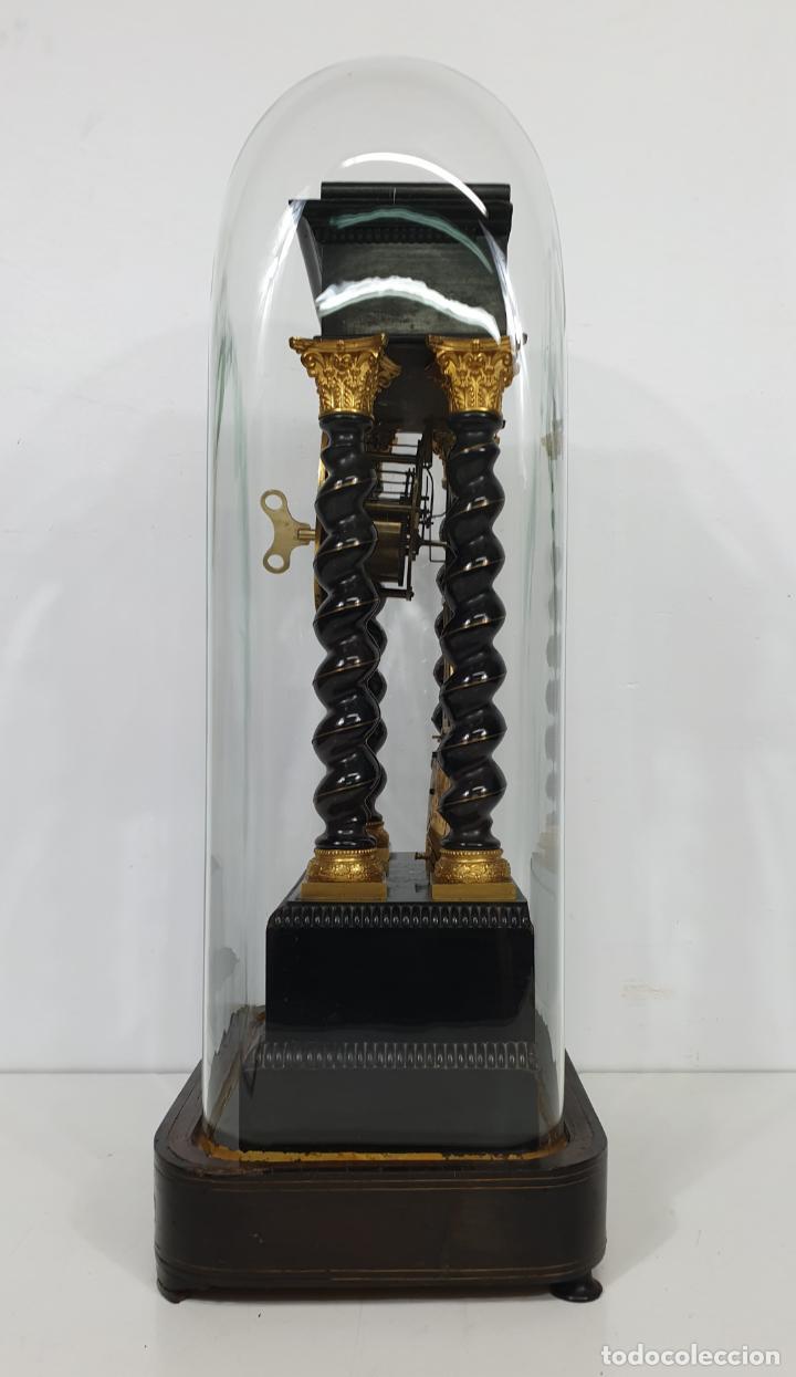Relojes de carga manual: Reloj de Sobremesa, Pórtico - Marquetería en Latón - Fanal de Cristal - Peana - Funciona -Circa 1820 - Foto 2 - 275518468