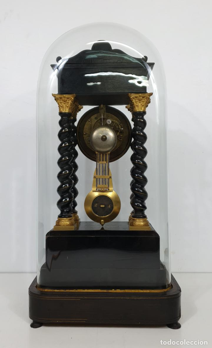 Relojes de carga manual: Reloj de Sobremesa, Pórtico - Marquetería en Latón - Fanal de Cristal - Peana - Funciona -Circa 1820 - Foto 3 - 275518468