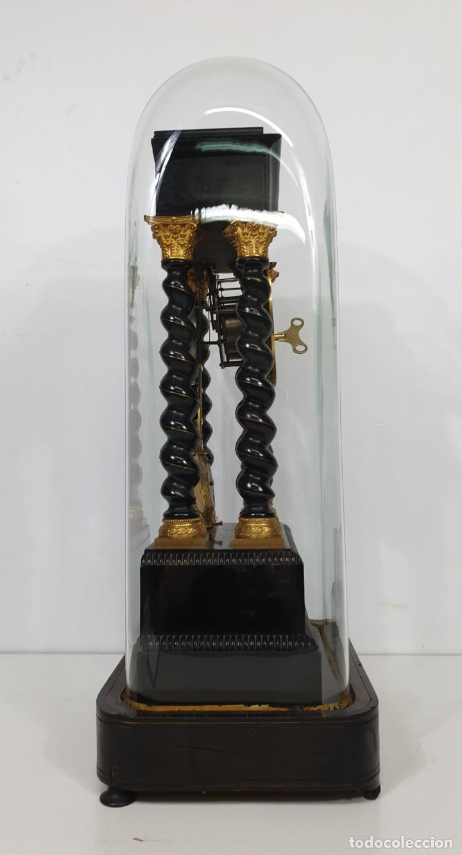 Relojes de carga manual: Reloj de Sobremesa, Pórtico - Marquetería en Latón - Fanal de Cristal - Peana - Funciona -Circa 1820 - Foto 4 - 275518468