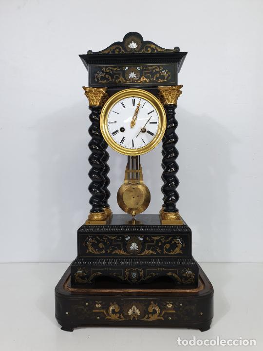 Relojes de carga manual: Reloj de Sobremesa, Pórtico - Marquetería en Latón - Fanal de Cristal - Peana - Funciona -Circa 1820 - Foto 6 - 275518468