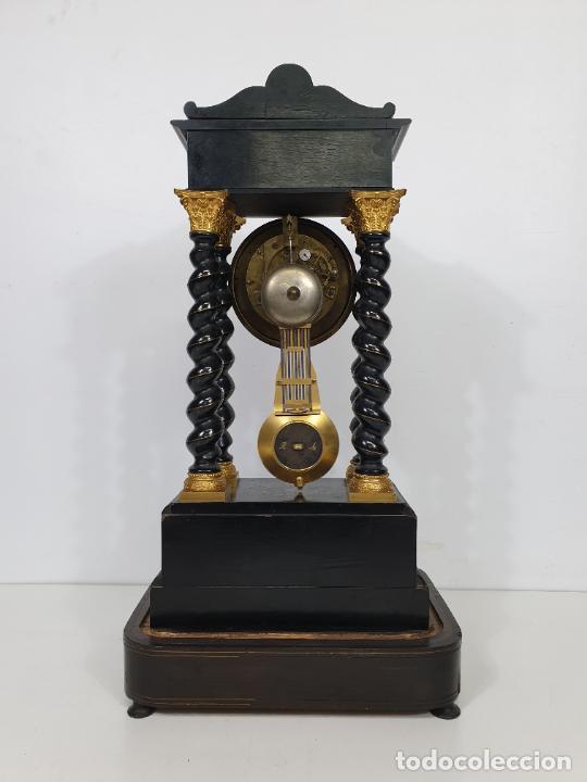 Relojes de carga manual: Reloj de Sobremesa, Pórtico - Marquetería en Latón - Fanal de Cristal - Peana - Funciona -Circa 1820 - Foto 8 - 275518468