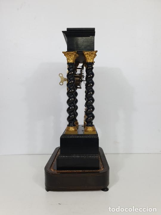Relojes de carga manual: Reloj de Sobremesa, Pórtico - Marquetería en Latón - Fanal de Cristal - Peana - Funciona -Circa 1820 - Foto 9 - 275518468
