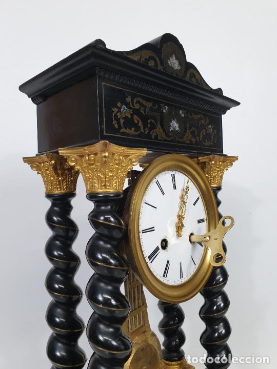 Relojes de carga manual: Reloj de Sobremesa, Pórtico - Marquetería en Latón - Fanal de Cristal - Peana - Funciona -Circa 1820 - Foto 11 - 275518468