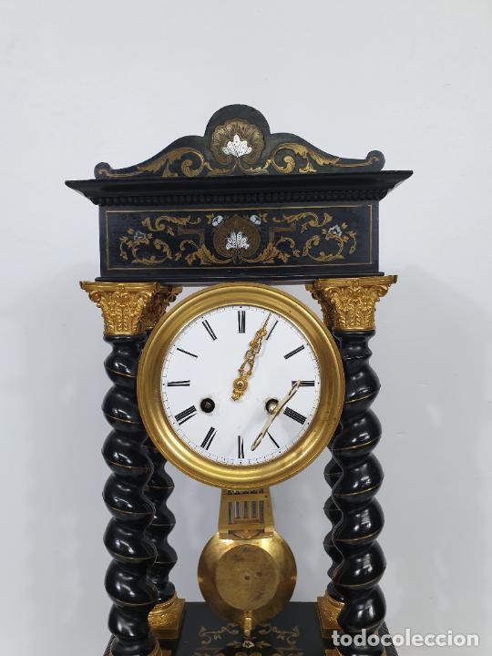 Relojes de carga manual: Reloj de Sobremesa, Pórtico - Marquetería en Latón - Fanal de Cristal - Peana - Funciona -Circa 1820 - Foto 14 - 275518468