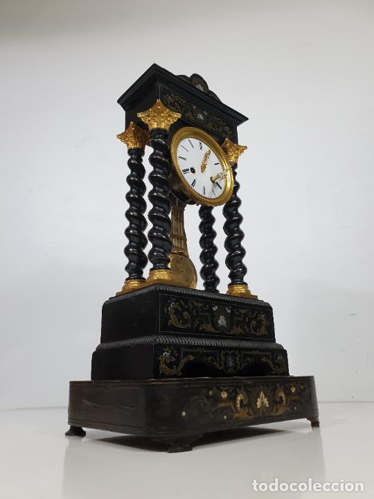 Relojes de carga manual: Reloj de Sobremesa, Pórtico - Marquetería en Latón - Fanal de Cristal - Peana - Funciona -Circa 1820 - Foto 15 - 275518468