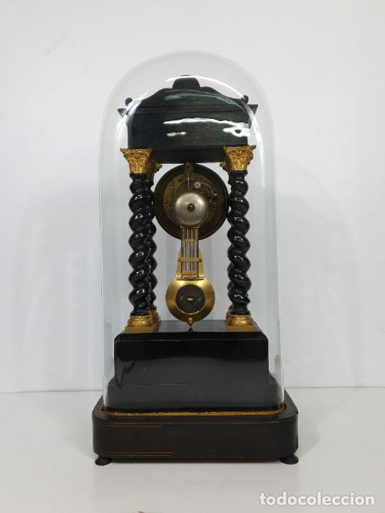 Relojes de carga manual: Reloj de Sobremesa, Pórtico - Marquetería en Latón - Fanal de Cristal - Peana - Funciona -Circa 1820 - Foto 16 - 275518468
