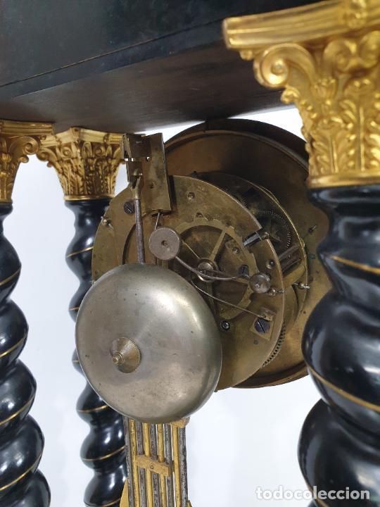 Relojes de carga manual: Reloj de Sobremesa, Pórtico - Marquetería en Latón - Fanal de Cristal - Peana - Funciona -Circa 1820 - Foto 17 - 275518468