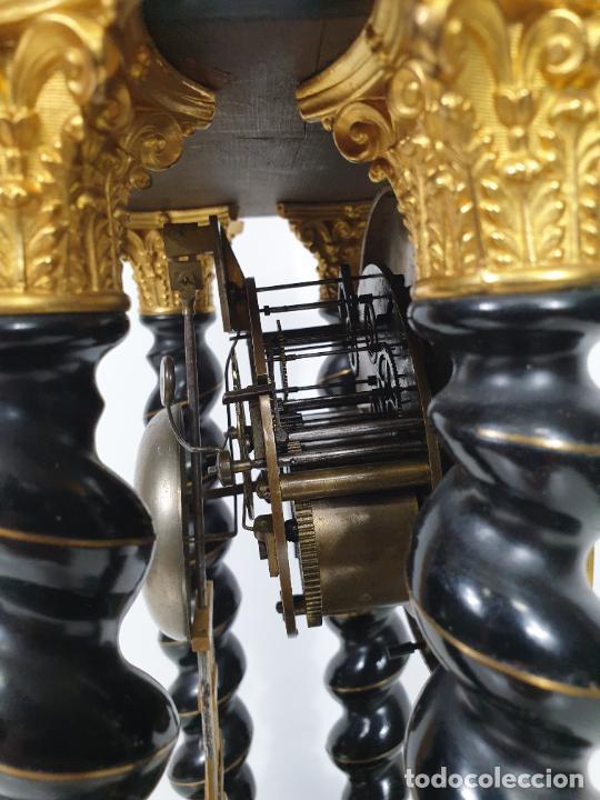 Relojes de carga manual: Reloj de Sobremesa, Pórtico - Marquetería en Latón - Fanal de Cristal - Peana - Funciona -Circa 1820 - Foto 18 - 275518468