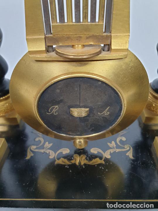 Relojes de carga manual: Reloj de Sobremesa, Pórtico - Marquetería en Latón - Fanal de Cristal - Peana - Funciona -Circa 1820 - Foto 19 - 275518468