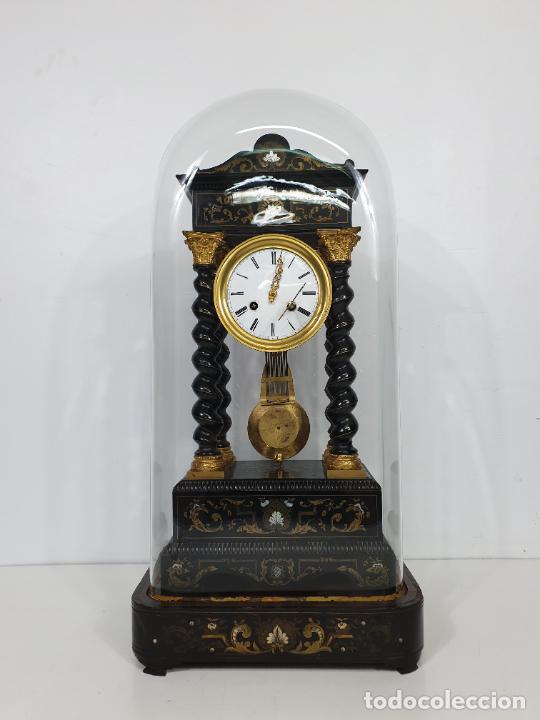 RELOJ DE SOBREMESA, PÓRTICO - MARQUETERÍA EN LATÓN - FANAL DE CRISTAL - PEANA - FUNCIONA -CIRCA 1820 (Relojes - Sobremesa Carga Manual)