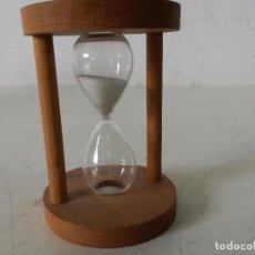 Orologi di carica manuale: RELOJ DE ARENA DE MADERA, CON LA LEYENDA ...Y BUENOS DÍAS, FUNCIONANDO, UNOS 10 CMS. ALTO. Lote 276529628