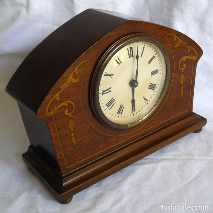 RELOJ DE MADERA DE SOBREMESA DE CUERDA, FUNCIONANDO (Relojes - Sobremesa Carga Manual)