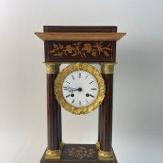 Relojes de carga manual: RELOJ FRANCES DE SOBREMESA EN MADERA Y BRONCE CON MARQUETERIA.. Lote 277745528