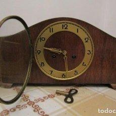Relojes de carga manual: RELOJ MECÁNICO ANTIGUO ALEMÁN CHIMENEA MESA SOBREMESA FUNCIONA DA SUS CAMPANADAS AÑOS 1930 A 1940. Lote 278974663