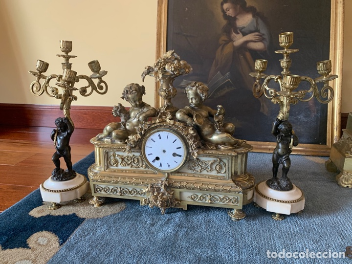 RELOJ DE BRONCE CON PAREJA DE CANDELABROS (Relojes - Sobremesa Carga Manual)