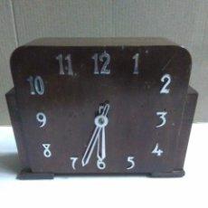Relógios de carga manual: ANTIGUO RELOJ DE SOBREMESA CON DESPERTADOR DE MADERA ESTILO ART DECO FUNCIONANDO HORA Y DESPERTADOR. Lote 292040368
