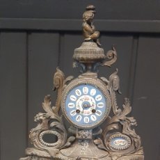 Relógios de carga manual: ANITGUO RELOJ DE SOBREMESA DE CALAMINA CON DETALLES DE PORCELANA PINTADO A MANO ESFERA DE PORCELANA. Lote 293569428