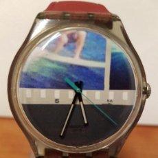 Relojes - Swatch: RELOJ (VINTAGE) DE CABALLERO O SEÑORA SWATCH CON CORREA DE CAUCHO ROJA DE STOCK DE RELOJERÍA . Lote 68170533