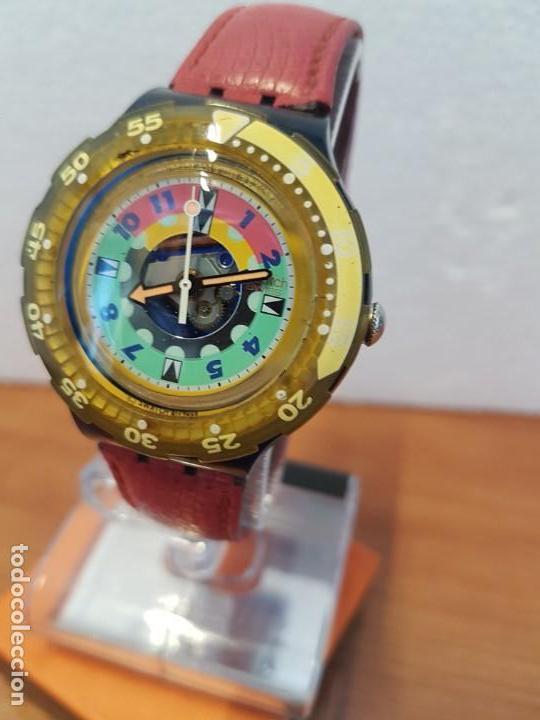 Relojes - Swatch: Reloj unisex SWATCH SCUBA cuarzo con máquina ETA 200 metros original, correa de cuero roja usada - Foto 2 - 130059831