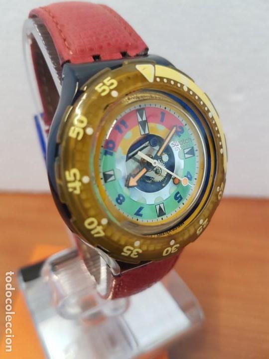 Relojes - Swatch: Reloj unisex SWATCH SCUBA cuarzo con máquina ETA 200 metros original, correa de cuero roja usada - Foto 4 - 130059831