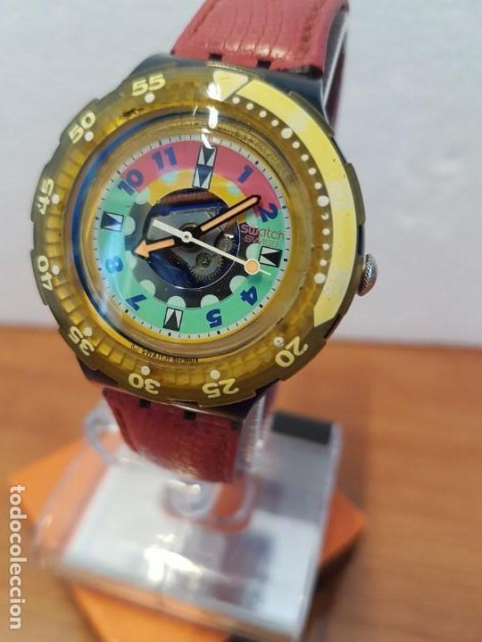 Relojes - Swatch: Reloj unisex SWATCH SCUBA cuarzo con máquina ETA 200 metros original, correa de cuero roja usada - Foto 5 - 130059831